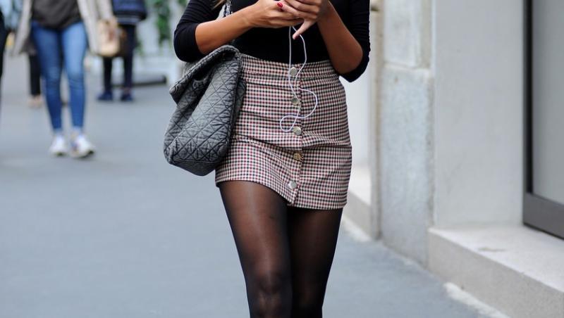 Madalina Ghenea, fotografiata cand se plimba pe strada si butona telefonul
