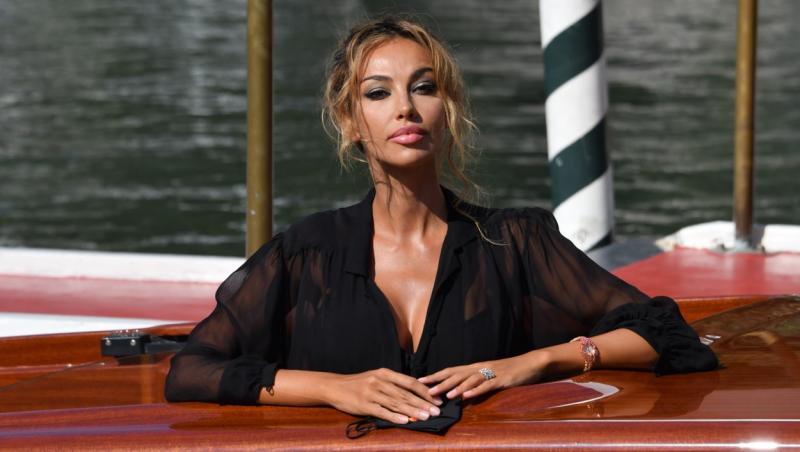 Madalina ghenea, intr-o rochie neagra, in timp ce sta intr-o gondola