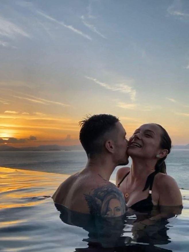 Vladuta Lupau si sotul sau Adi Rus sarut in piscina