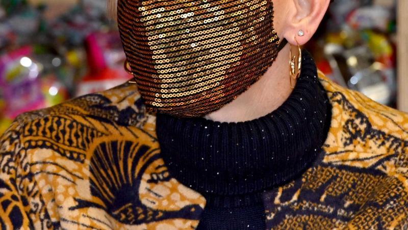 Printesa Charlene, rasa in cap, cu masca