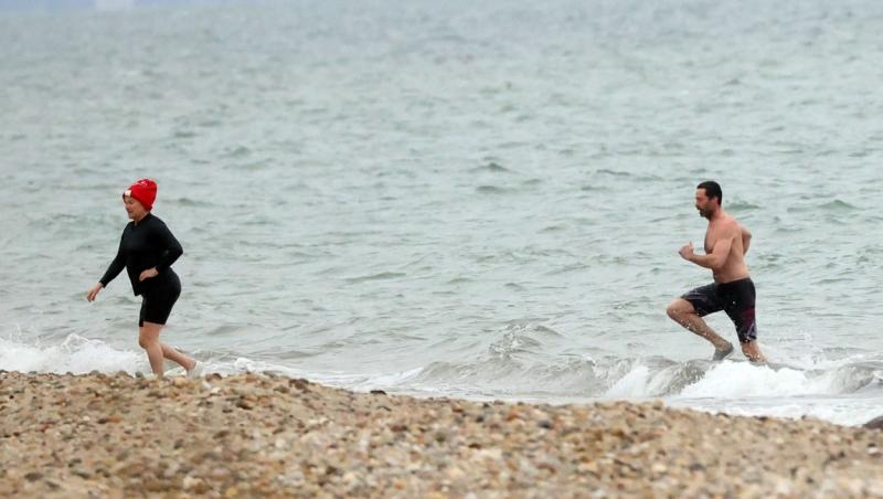 hugh jackman si sotia deborra lee la plaja