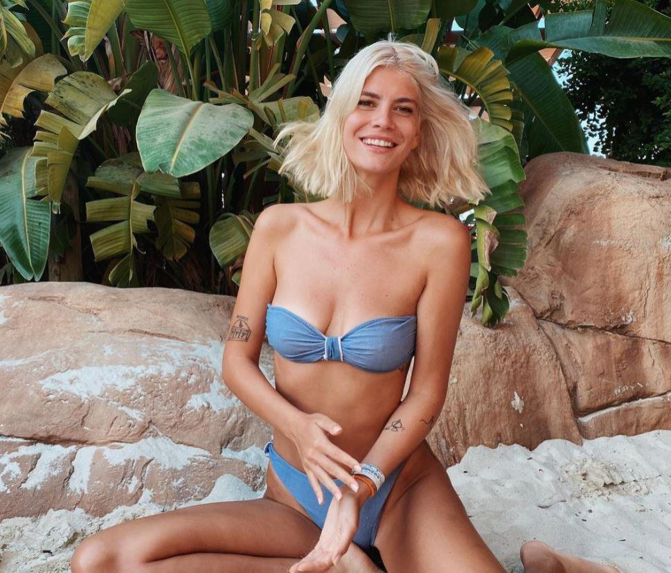laura giurcanu fotografiata pe plaja, intr-un costum de baie albastru