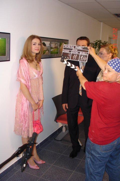 Anemona Niculescu, într-o rochie roz, la filmările de la Secretul Mariei