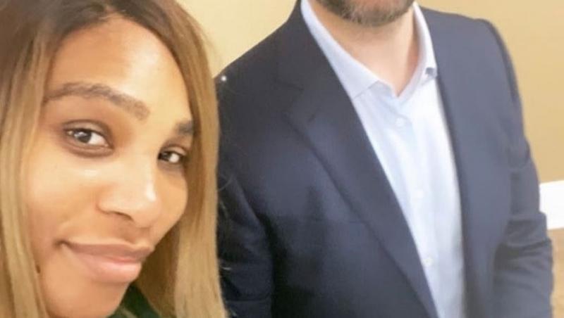 Serena Williams, într-o haină verde și soțul acesteia, într-un sacou negru