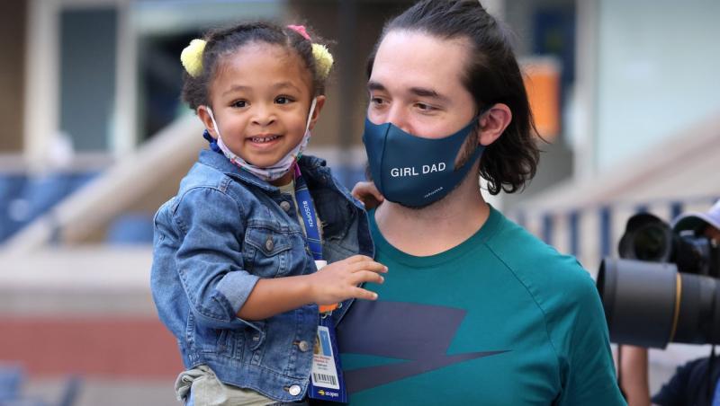 Alexis Ohanian, purtând mască d eprotecție și ținându-ți în brațe fiica