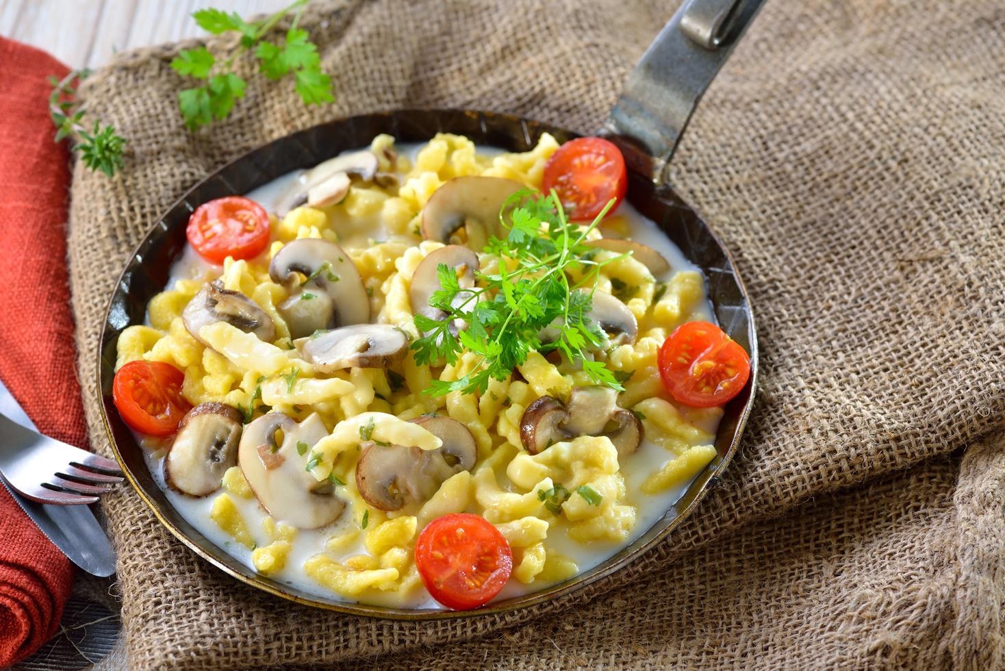 Rețetă de spaetzle cu ciuperci și sos de brânzeturi
