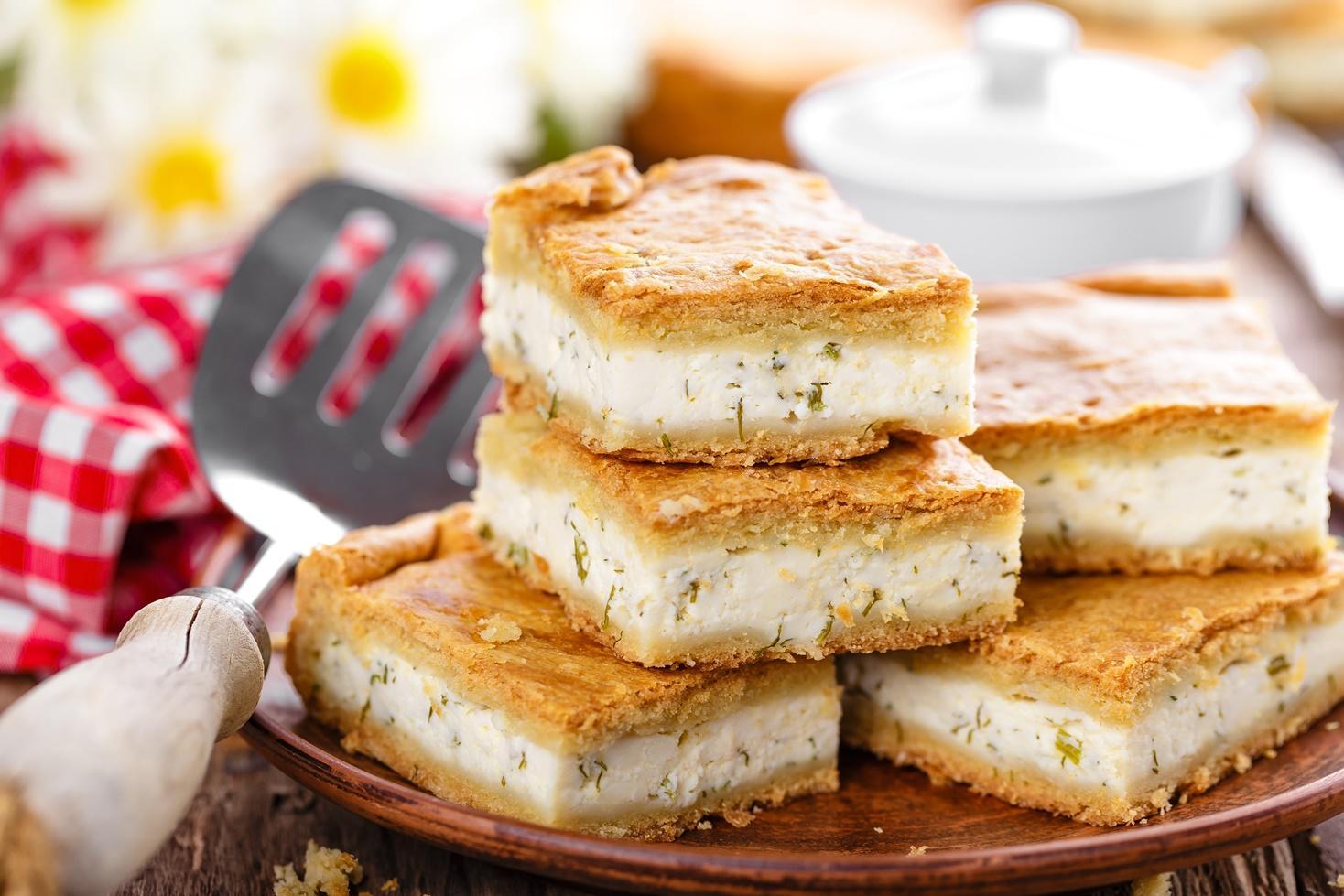 Rețetă de plăcintă cu brânză sărată și aluat fraged cu iaurt