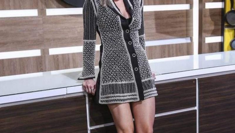 Gina Pistol, purtând o rochie scurtă, la Chefi la cuțite