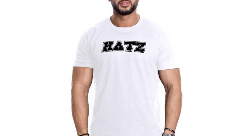 """Dorian Popa, purtând un tricou alb, cu expresia """"Hâtz"""""""