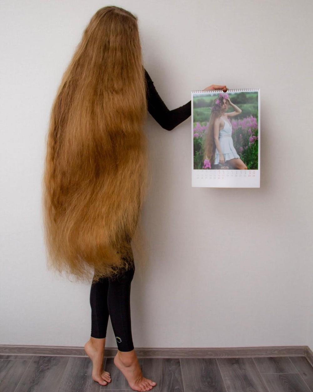 """Alena Mazanik are părul atât de lung, că """"i se prind deseori insecte în el"""". Cum arată tânăra și cât măsoară podoaba ei capilară"""