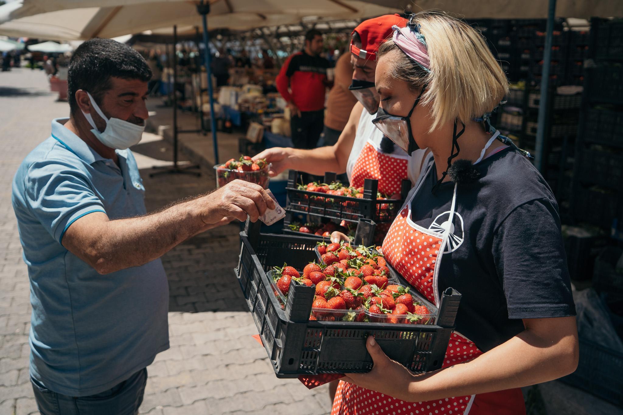Asia Express, 13 octombrie 2021. Concurenții au vândut căpșuni în piață. Cum s-au descurcat la proba din Cursa pentru Ultima Șansă