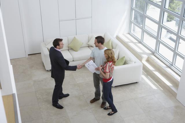 agent imobiliar si un cuplu intr-o casa