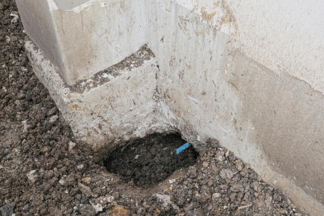 gaura in pamant langa fundatia unei case