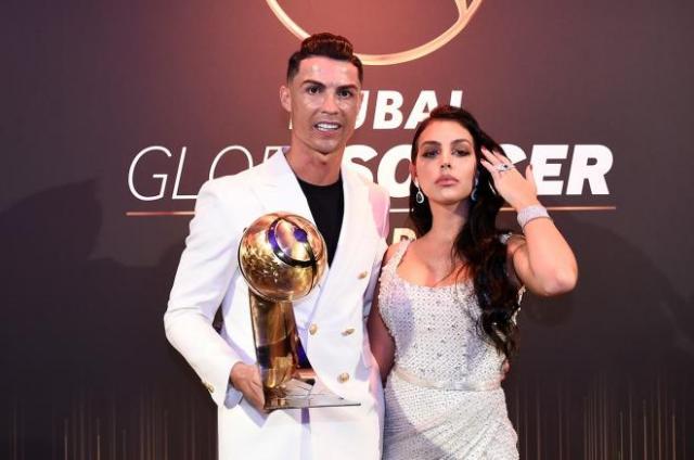 Cristiano Ronaldo și Georgina Rodriguez la un eveniment imbracati in alb