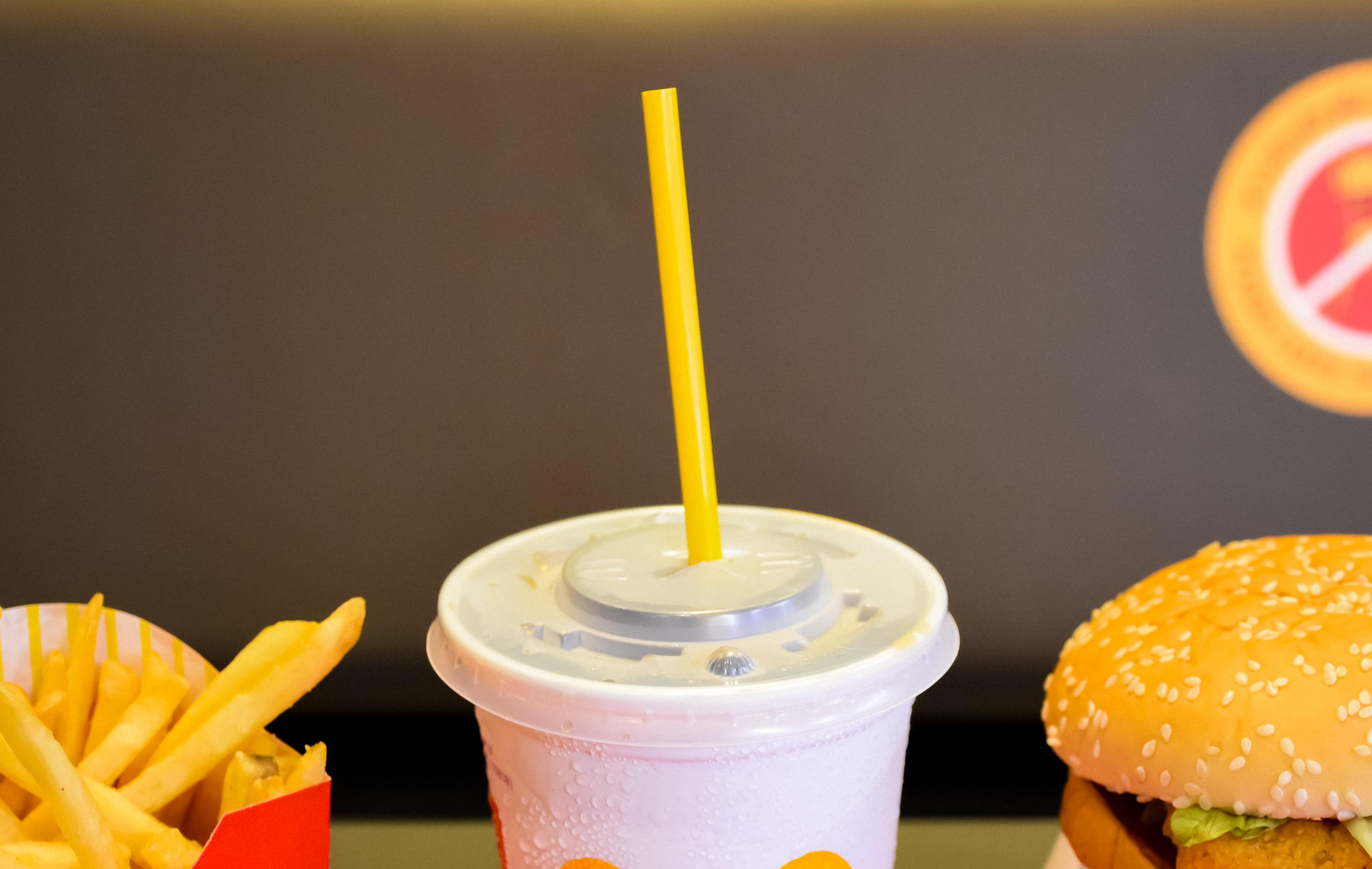 """Ce rol au """"butoanele"""" de pe capacele sucurilor de la fast food! Explicația te va surprinde"""