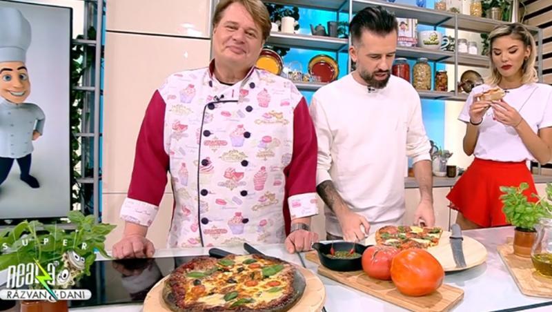 Pentru reușita unui aluat de pizza perfect, acesta se frământă de seara și se lasă la rece până a doua zi