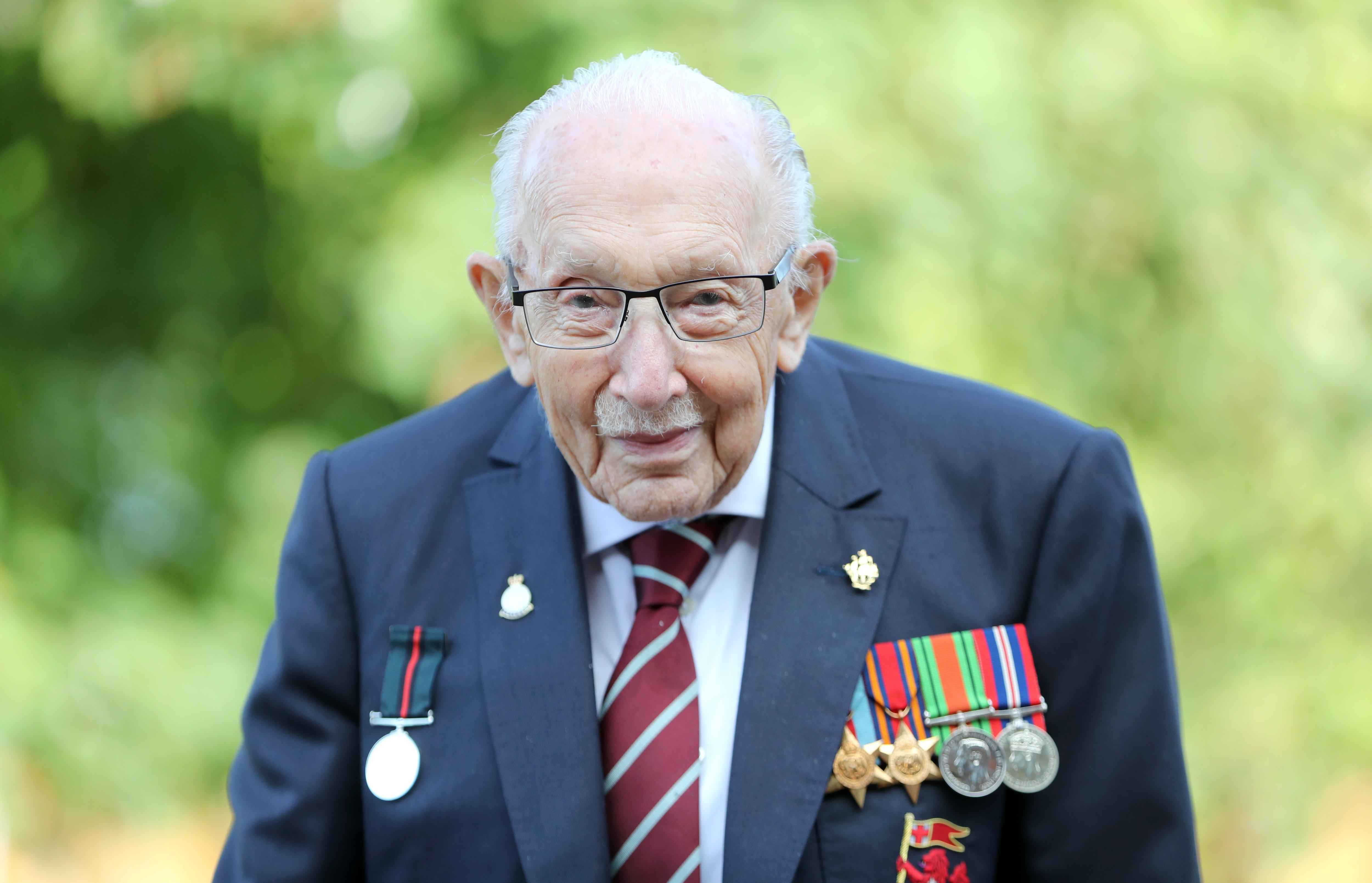 Căpitanul Sir Tom Moore a murit la 100 de ani, după ce a fost confirmat pozitiv cu Covid-19