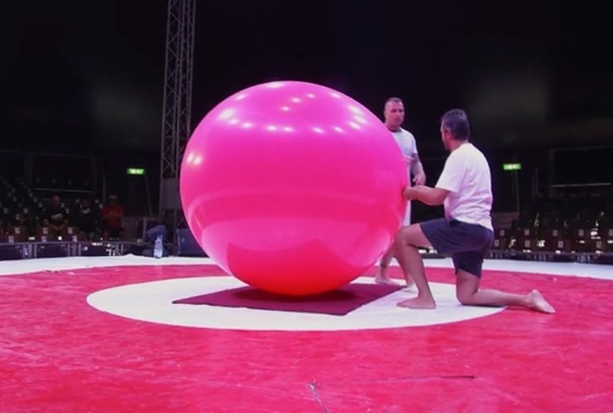 Poftiți la circ, 23 februarie 2021. Nicolai Tand se strecoară complet într-un balon imens. Show total la circ
