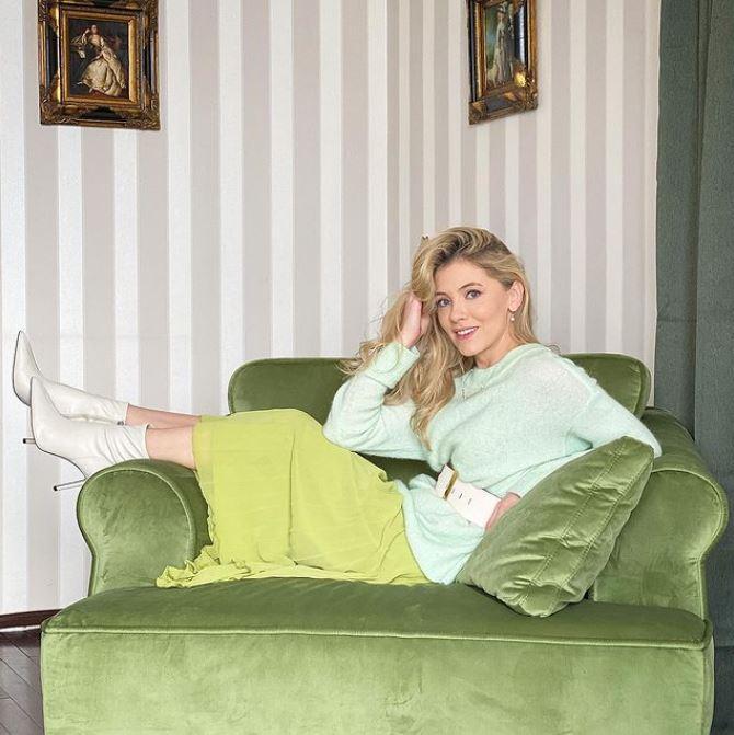 Andreea Ibacka, într-o rochie cu decolteu răvășitor. Ce detalii dezvăluie actrița din culisele serialului Adela