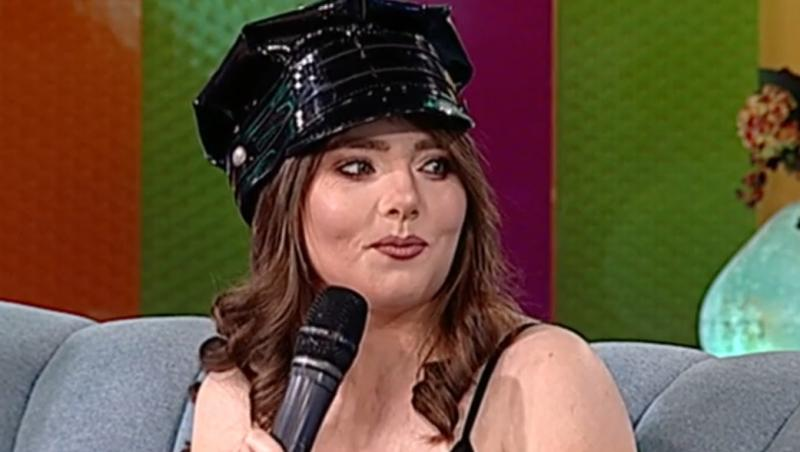 Vulpița Veronica din Blăgești la Antena Stars, purtând o ținută neagră și un chipiu negru