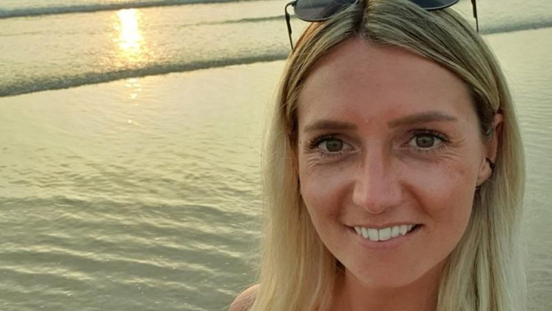Lisa Sheppard, selfie realizat pe o plajă, la malul mării, la apus