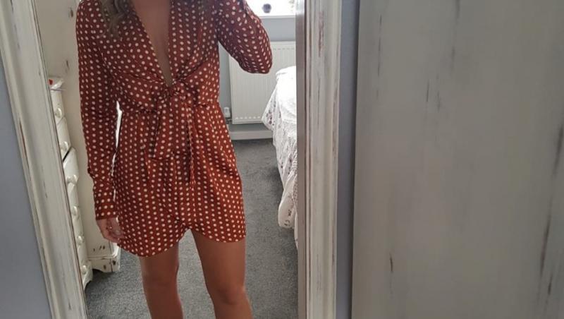 Lisa Sheppard, selfie în oglindă, în rochie scurtă
