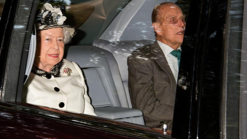 printul philip si sotia regina elisabeta intr-o masina