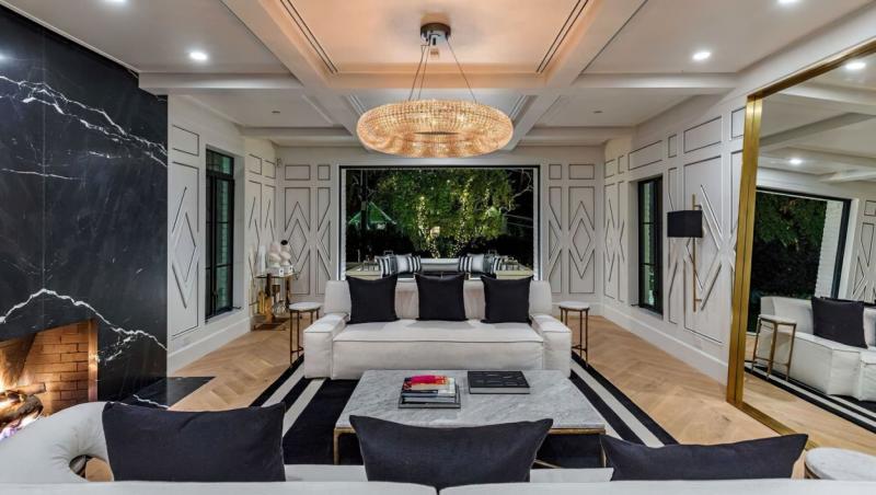 livingul din casa rihannei in nuante de alb si negru, cu o canapea de 3 locuri