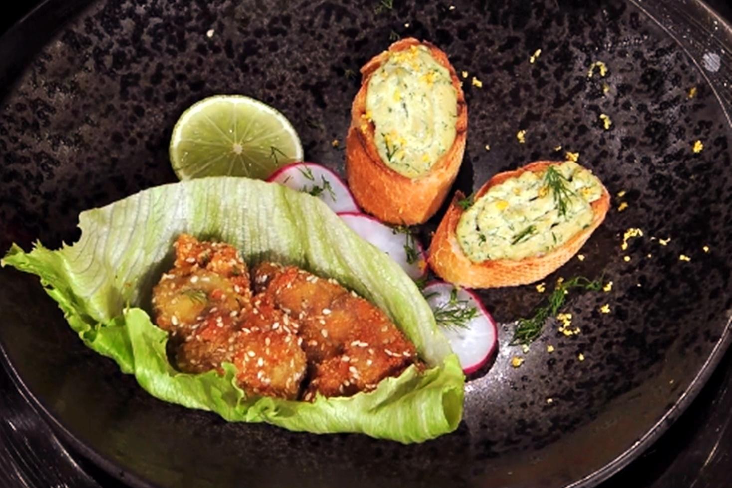 Chefi la cuțite 1 martie 2021. Rețetă de creier de porc cu ceapă si ouă pe crutoane de pâine și creier pane, gătită de Anca Fati
