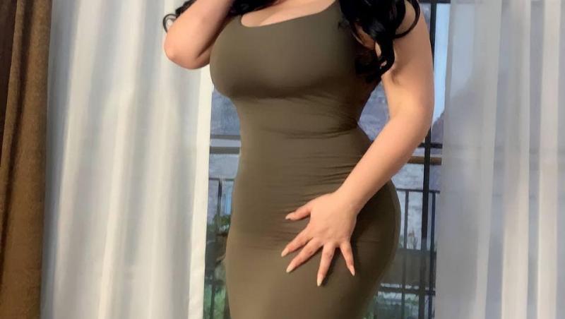 Marcela Alonzo în rochie kaki, mulată