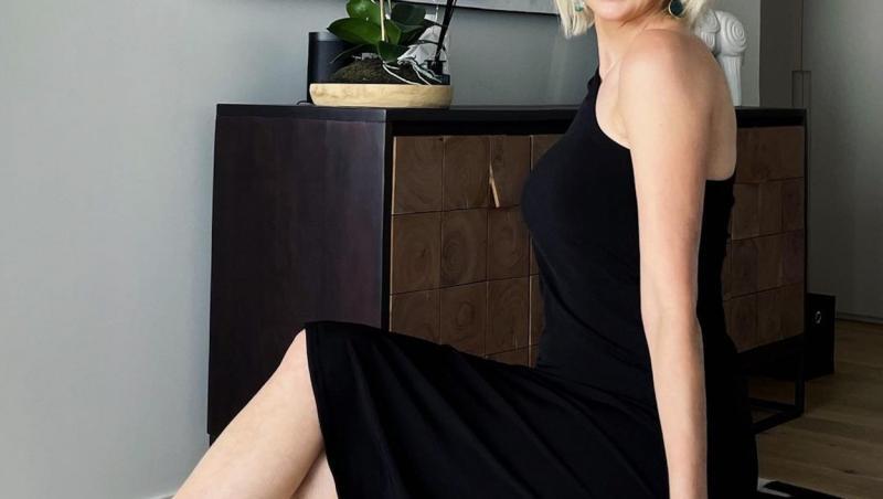 Sheena Cole, imbracata cu o rochie neagră