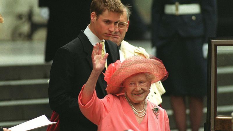 regina elisabeta in roz cand face cu mana