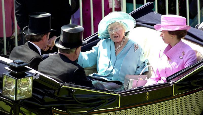 regina elisabeta I sta in trasura alaturi de fiica sa