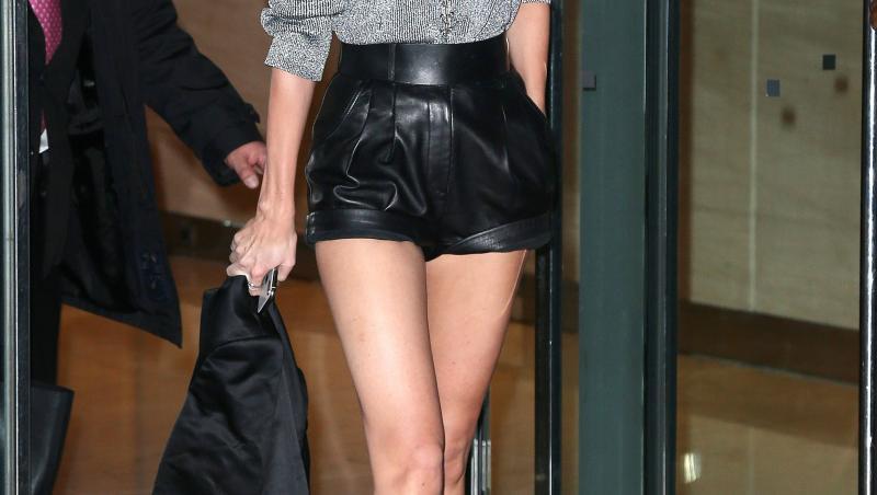 Candice Swanepoel, pantaloni scurti negri, bluza gri, strada