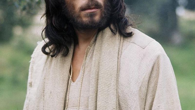 Actorul a fost ales pentru acest rol, la vârsta de 32 de ani, datorită trăsăturilor sale fizice care îl faceau la acea vreme să semene cu Iisus din descrierile biblice.