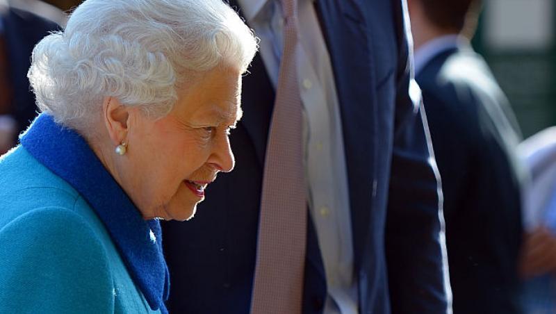 regina elisabeta in albastru si printul harry