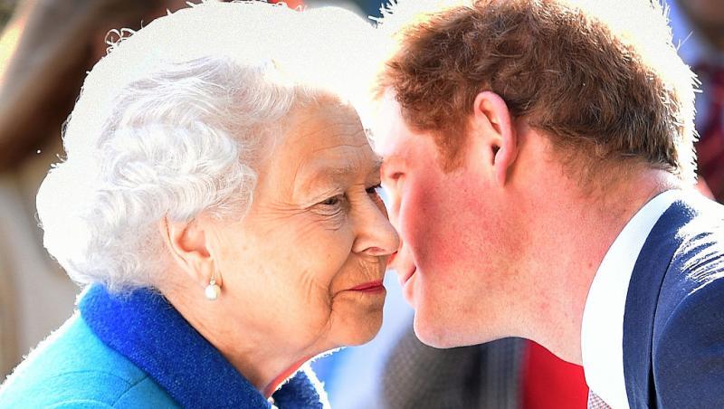 regina elisabeta si printul harry isi soptesc ceva la ureche