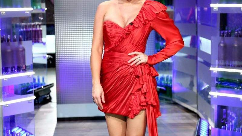 Gina Pistol, purtând o rochie scurtă, roșie, la Chefi la cuțite