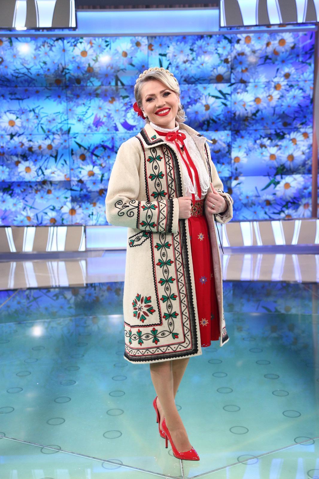 Mirela Vaida în haine tradiționale românești și pantofi roși