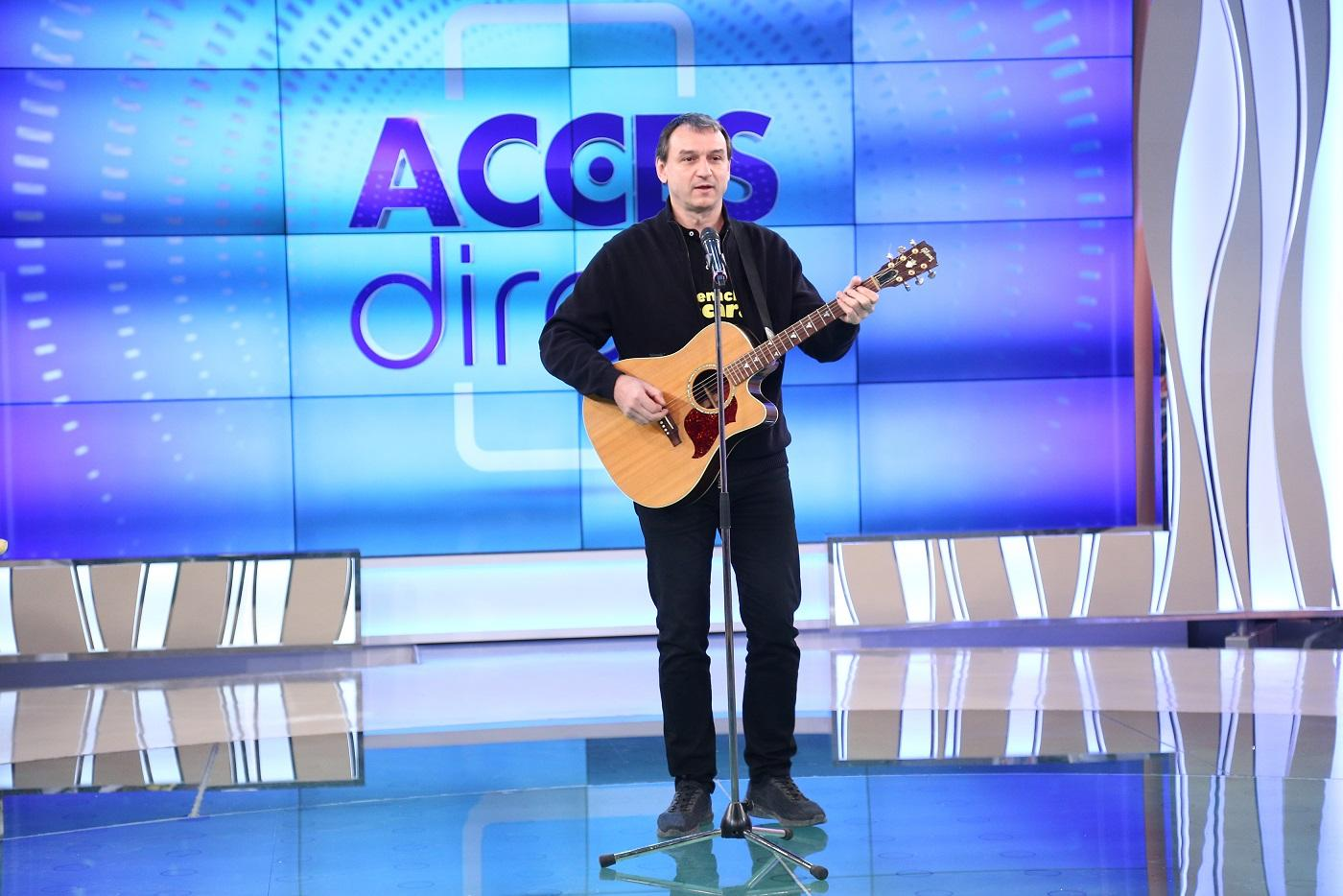 Artist care cântă la chitară în plaroul Acces Direct