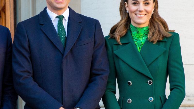 Kate a purtat o cămașă bleu, cu motive florale peste o rochie albă cu buline albastre, în timp ce William a ales o cămașă albastră, un pulover bleumarin și pantaloni în aceeași culoare.