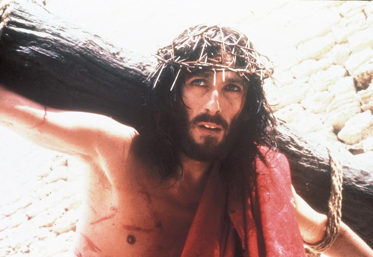 """Cum arată acum actorul din filmul """"Iisus din Nazareth"""", în regia lui Franco Zeffirelli. Robert Powell are 76 de ani"""