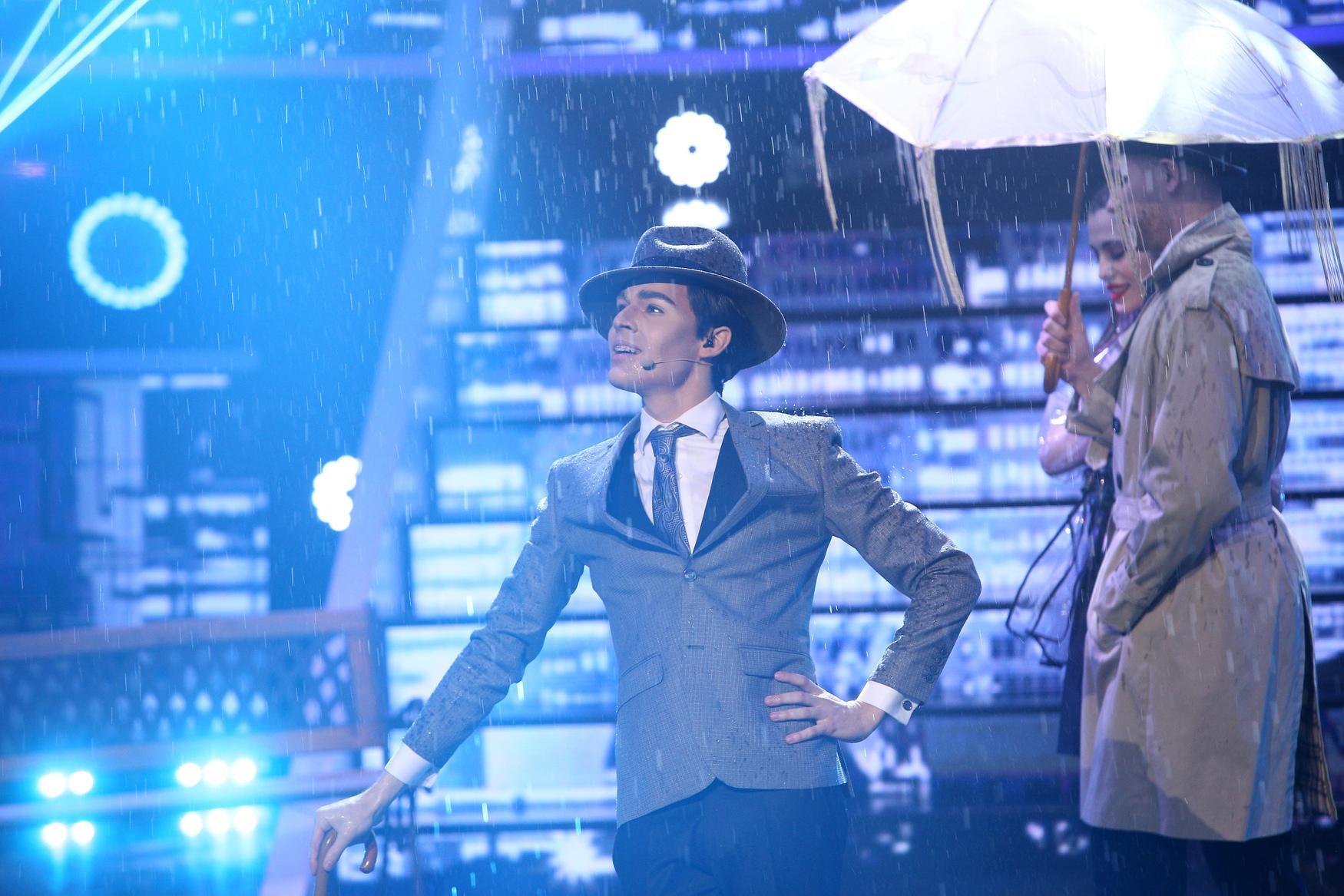 Te cunosc de undeva, 15 mai 2021. Radu Ștefan Bănică a făcut show în ploaie, transformat în Gene Kelly