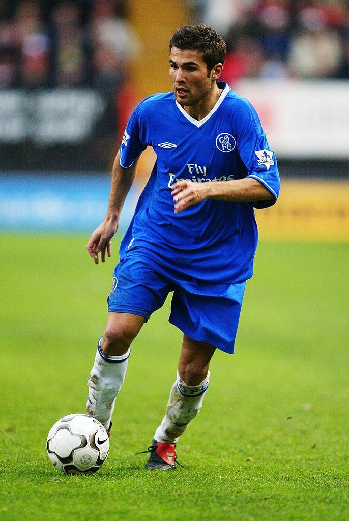 Adrian Mutu, îmbrăcat în albastru, pe terenul de fotbal