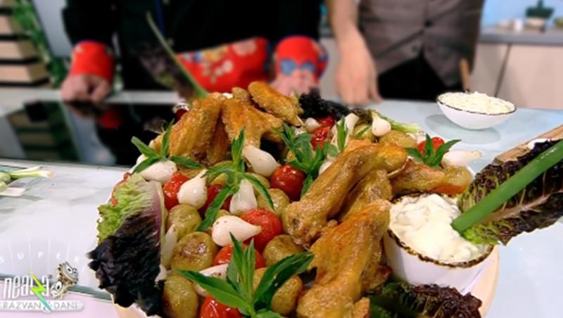 Aripioare crocante cu cartofi noi și roșii la tigaie, servite cu sos de maioneză și iaurt