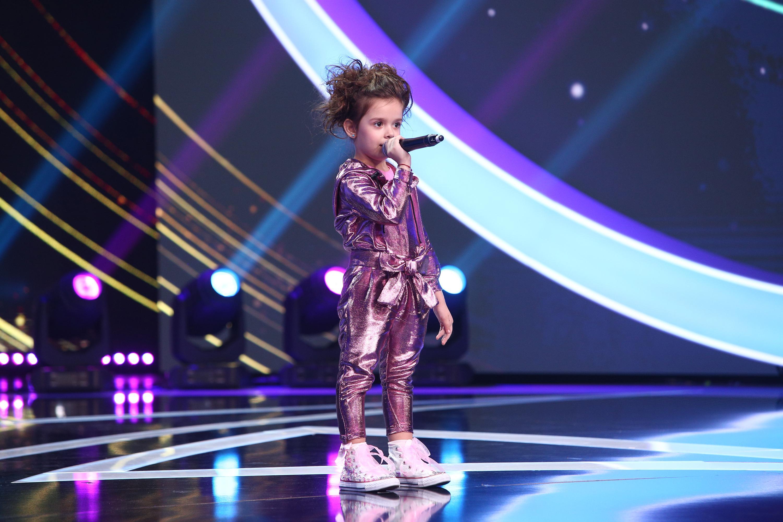 Brianna Fora pe scenă, într-o salopetă roz