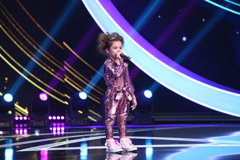 Brianna Fora pe scenă, vorbește la microfon