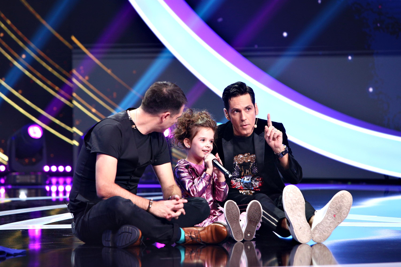 Brianna Fora pe scenă, alături de Dan Negru și Ștefan Bănică, stau pe podea
