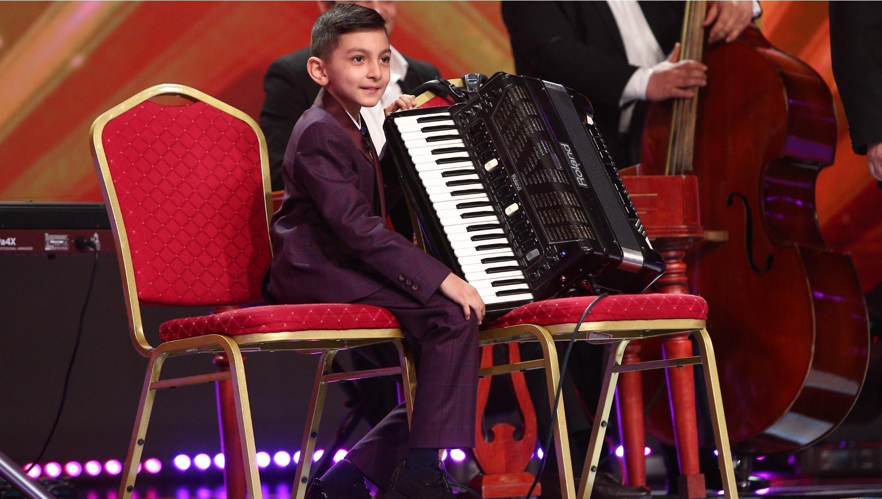 Diego Gruia pe scenă, cu acordeonul în brațe