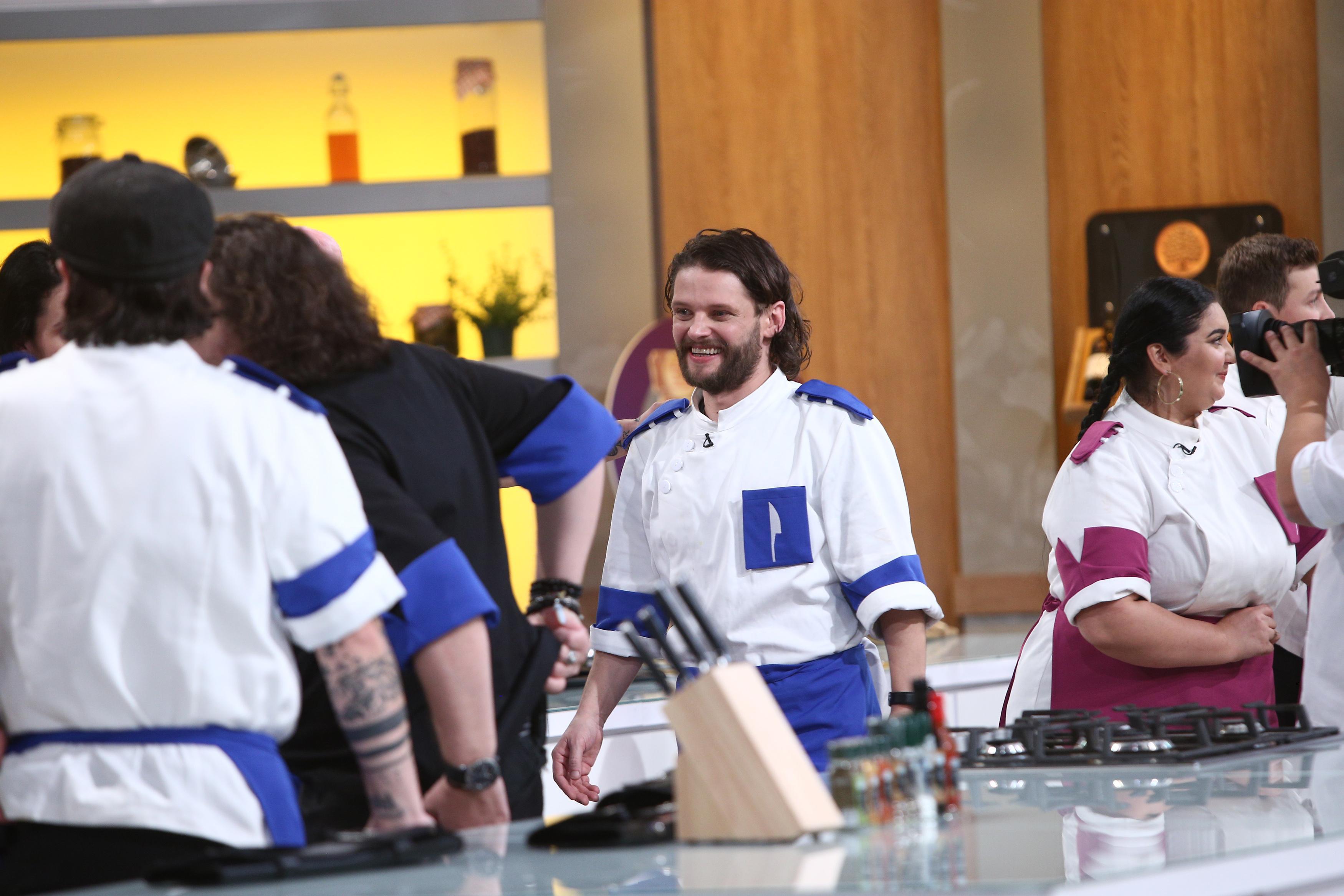 Radu Micu, în uniforma albastră, în bucătăria Chefi la cuțite